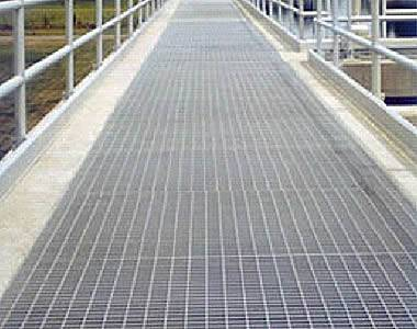 Light duty steel grating in industrial platform